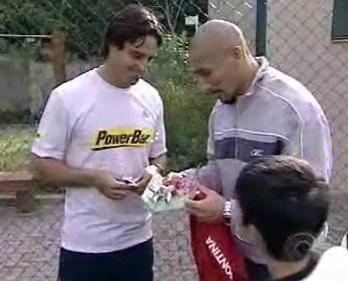 Guinazu presenteia Marcos Daniel com seu minicraque.